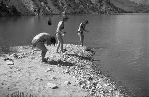 41 p ež, Vita, Birutė, Gražina maudosi