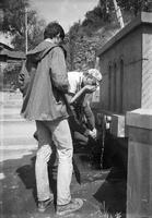 035 Nerius geria šaltinuko vandenį