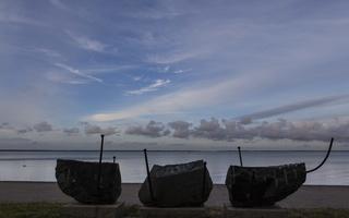 Juodkrantė · marių krantinė, skulptūra, debesys 3362