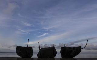 Juodkrantė · marių krantinė, skulptūra, debesys 3363