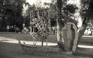 """dešinėje Arvydo Ališankos skulptūra """"Erdvė kūnui"""""""