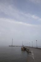 Juodkrantė · marios, molas, barkasas, debesys 1349