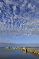Juodkrantė · marios, molas, barkasas, debesys 1424