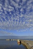 Juodkrantė · marios, molas, barkasas, debesys 1425