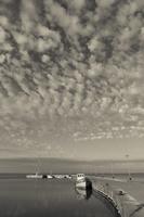 Juodkrantė · marios, krantinė, barkasas, debesys 1425