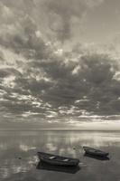 Juodkrantė · marios, valtys, debesys 1521