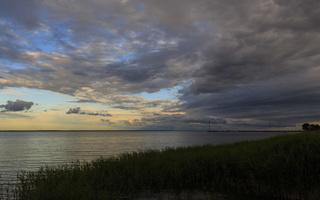 Juodkrantė · marios, nendrės, debesys, saulėlydis 1671