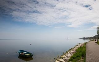 Juodkrantė · krantinė, valtis, marios, debesys