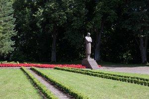 Raudondvaris · paminklas Juozui Naujaliui 9438