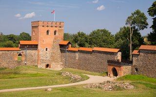 Medininkų pilis · rekonstruotos sienos, bokštas 0338