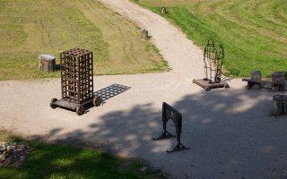Medininkų pilis · ekspozicija kieme 0339