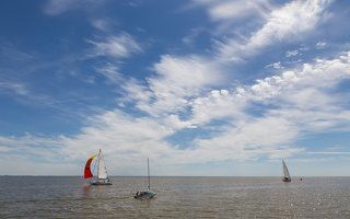 """Juodkrantė · debesys, jachtos: kairėje plaukia h340 """"VIZIJA"""", dešinėje LTU-416 """"Nerija"""""""