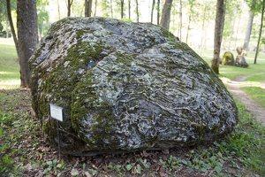 """Taujėnų dvaras 4765 · parkas, akmuo """"Velnio pėda"""""""