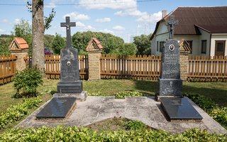 Naujųjų Kietaviškių Švč. Trejybės bažnyčia 4979 · paminklai šventoriuje