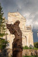 Šumsko Šv. arkangelo Mykolo bažnyčia 5401 · medinė skulptūra šventoriuje