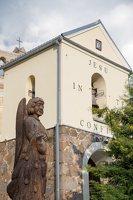 Šumsko Šv. arkangelo Mykolo bažnyčia 5403 · varpinė, medinė skulptūra šventoriuje