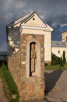 Šumsko Šv. arkangelo Mykolo bažnyčia 5405 · medinė skulptūrėlė vartuose