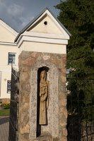 Šumsko Šv. arkangelo Mykolo bažnyčia 5406 · medinė skulptūrėlė vartuose