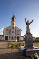 Kalvelių Dievo Gailestingumo bažnyčia 5436 · paminklas popiežiui Jonui Pauliui II