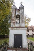 Senieji Trakai · paminklas šventoriuje 6646