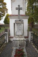 Senieji Trakai · paminklas šventoriuje 6648