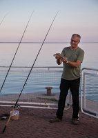 žvejys su laimikiu 5144